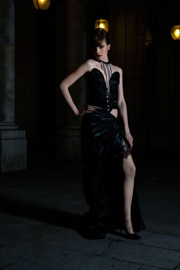 Corset-bijou noir avec perles rose et argent