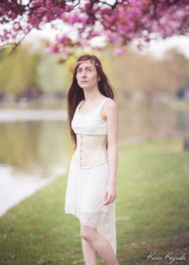 Serre-taille beige porté sur robe blanche légère