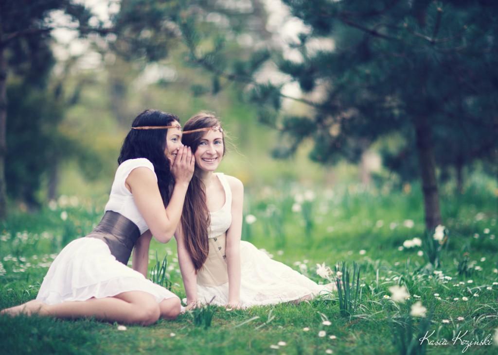 Deux serre-taille beige et taupe portés sur robes