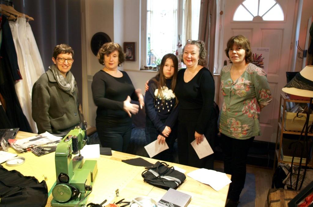 Visiteurs de l'atelier de corset pendant les JEMA